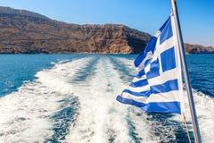 希腊旗子在船背面 免版税图库摄影