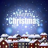 在夜多雪的镇背景的圣诞快乐 免版税图库摄影