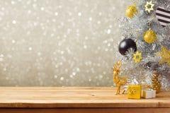 Предпосылка праздника рождества с рождественской елкой и украшения на деревянном столе Черные, золотые и серебряные орнаменты Стоковые Изображения
