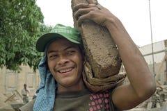 画象微笑的拉丁美州的建筑工人 免版税库存图片