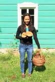 拿着蘑菇和篮子的女孩 免版税图库摄影