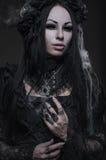 美丽的哥特式妇女画象黑暗的礼服的 库存图片