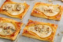 梨在油酥点心烘烤了用戈贡佐拉乳酪和核桃 库存照片