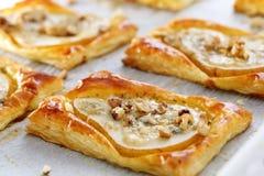 梨在油酥点心烘烤了用戈贡佐拉乳酪和核桃 免版税库存图片