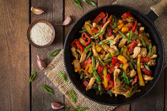 Пошевелите цыпленка фрая, перцев и зеленых фасолей Взгляд сверху Стоковая Фотография
