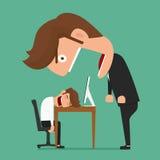高级领导恼怒的商人在工作期间是睡着 免版税库存图片