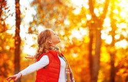 享受生活和自由在秋天的愉快的女孩在自然 库存图片