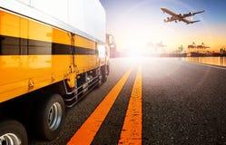 容器卡车和船在进口,出口港口口岸与货物 免版税库存照片