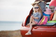 Счастливый ребёнок сидя в багажнике автомобиля Стоковая Фотография