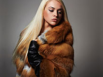 豪华皮大衣的冬天妇女 秀丽时装模特儿女孩 免版税库存图片