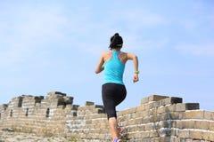 妇女跑在足迹的赛跑者运动员在中国长城 免版税库存图片