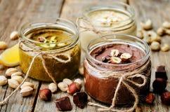 列出敬酒的坚果黄油、开心果、榛子和腰果 库存照片