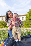 Ευτυχές μωρό με τη μούμια Στοκ Εικόνα