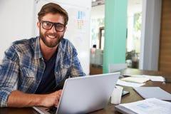 Портрет бизнесмена работая в творческом офисе Стоковые Изображения RF