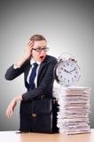 有时钟和纸的妇女女实业家 免版税库存照片