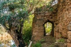 在包围涅夫拉,韦尔瓦省,西班牙村庄中世纪石头里面的垒的门  库存图片