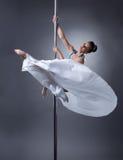 波兰人舞蹈 摆在典雅的姿势的俏丽的舞蹈家 免版税库存照片