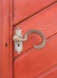 老,艺术性地弯曲的门把手 免版税库存图片