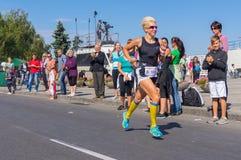奔跑的女性优胜者生活竞争的在城市天本机活动期间 免版税图库摄影