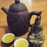 在宜兴茶壶供食的茶 库存图片