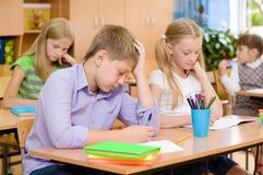 小组小学学生接受在类的考试 库存照片