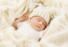 睡觉的婴孩,在帽子,新出生的女孩的新出生的孩子睡眠 免版税库存照片