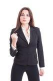 显示拳头的年轻性感的成功和强有力的女商人 免版税库存图片