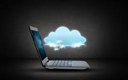 打开有云彩计算的象的便携式计算机 库存照片