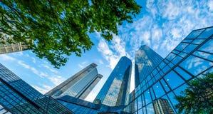 现代摩天大楼在反对蓝天的商业区 免版税库存图片