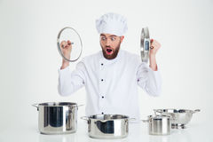 Αρσενική συνεδρίαση μαγείρων αρχιμαγείρων στον πίνακα με τα πιάτα Στοκ εικόνες με δικαίωμα ελεύθερης χρήσης