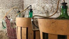酒的发酵的过程在篮装的细类颈大坛酒的 库存照片