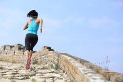 跑在足迹的赛跑者运动员在中国长城 库存图片