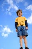 穿蓝衣的男孩天空 库存照片