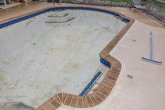 新的水池瓦片边界水泥工作改造 图库摄影