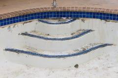 新的水池瓦片边界水泥工作改造 免版税库存照片