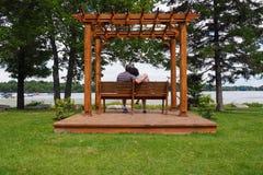 Πέργκολα με το ζεύγος Στοκ φωτογραφία με δικαίωμα ελεύθερης χρήσης