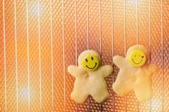 圣诞节曲奇饼,与微笑的面孔的脆饼在热的烤箱 免版税库存图片