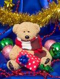 与圣诞节礼物的迷人的小玩具熊 免版税库存图片