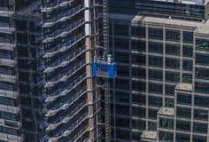 在一个高层建筑物建造场所的蓝色电梯 免版税库存图片