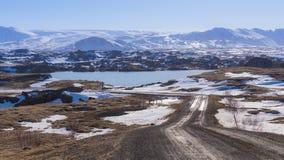 带领的乡下公路下雪山 免版税库存图片