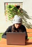 工作在笔记本的女孩 免版税图库摄影