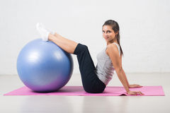 做在球的美丽的体育妇女健身锻炼 普拉提,体育,健康 库存照片