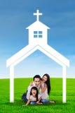 使用在教会标志下的快乐的家庭 免版税库存照片