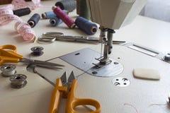 裁缝,剪裁,服装设计师工作概念 免版税库存照片