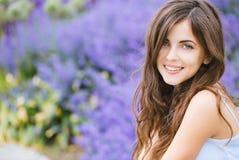 一个美丽的年轻学生女孩的画象在公园 库存照片