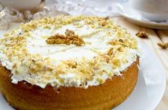 与黄油奶油和核桃的自创蛋糕 免版税图库摄影