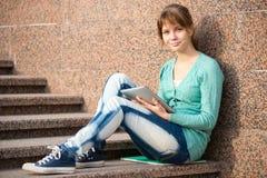 有笔记本的美丽的少妇学生 免版税图库摄影