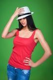 Соломенная шляпа предназначенной для подростков девушки нося смотря вверх Стоковые Изображения
