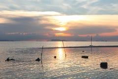 日落在热带和反映在镇静水 库存照片