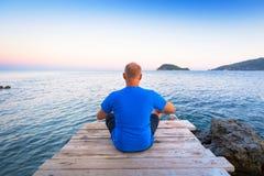 在爱奥尼亚海的人观看的日落 图库摄影
